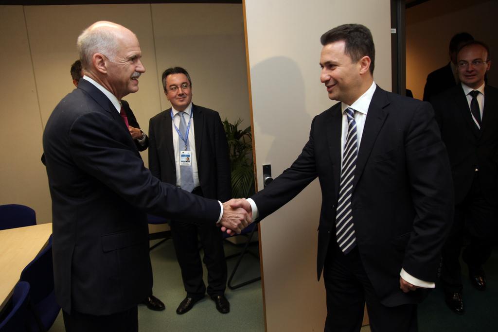 Společné jednání zástupců Řecka a Makedonie přináší i přátelské chvíle.