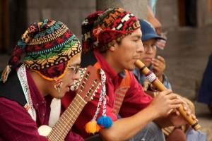Tradiční taneční fiesta na Plaza de Armas.