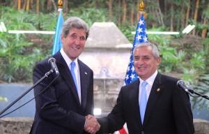 Guatemalský prezident Perez Molina (vpravo) se současným americkým ministrem zahraničí Johnem Kerry.